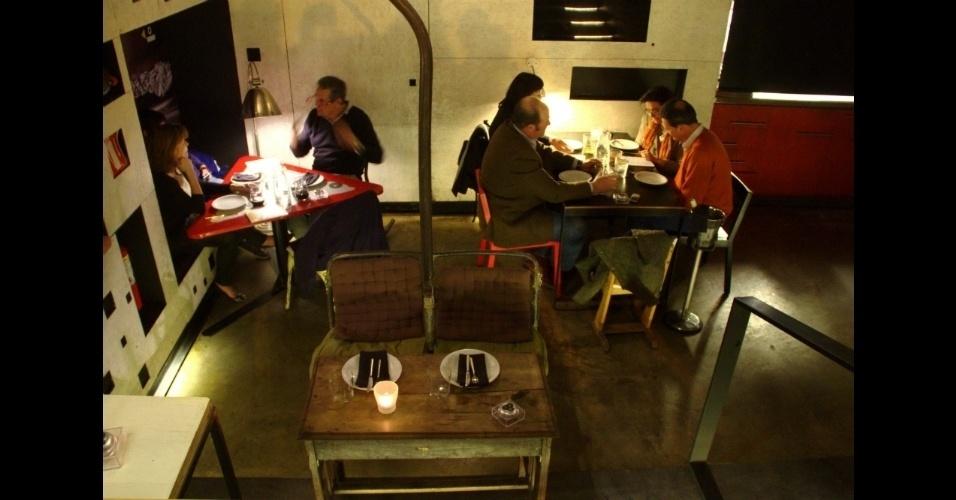 Com objetos de demolição e outros adquiridos em antiquários, o gastrobar madrilenho La Gabinoteca tem ainda em sua decoração cadeiras de teleférico, utilizadas nesta mesa central para duas pessoas