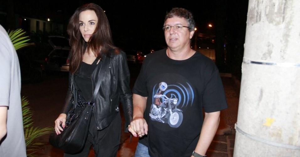 """Diretor Boninho chega com Ana Furtado para a festa da final do """"BBB12"""" (30/3/12)"""