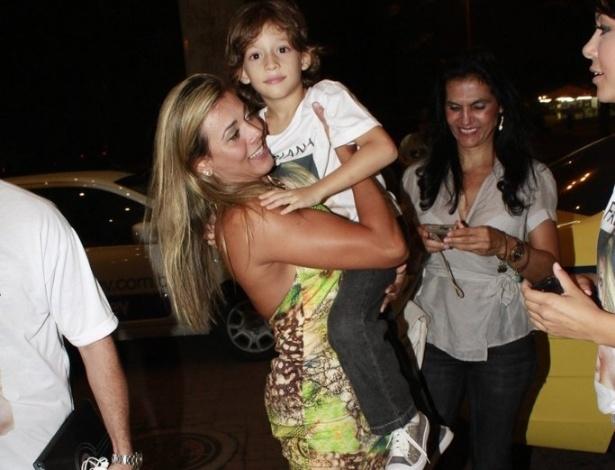 Fabiana chegou à festa com seu filho no colo (30/3/12)