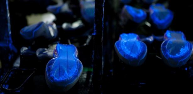 Fábrica da Tênis Lynd, no polo calçadista de Nova Serrana (MG), hoje usa luzes ultravioleta  - Rodrigo Lima/Ag.Nitro/UOL