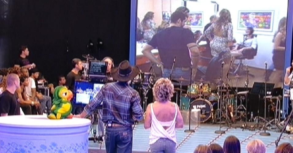 Fael e Ana Maria Braga assistem imagens dos bastidores do programa final (30/3/12)