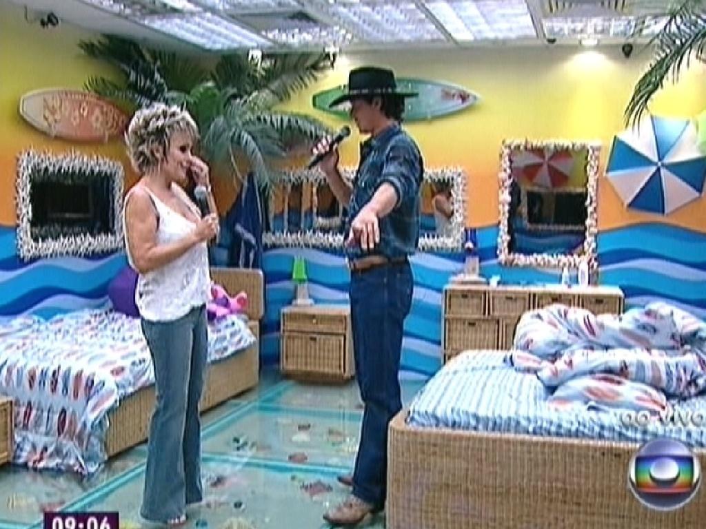 Fael mostra sua cama no quarto Praia para a apresentadora (30/3/12)