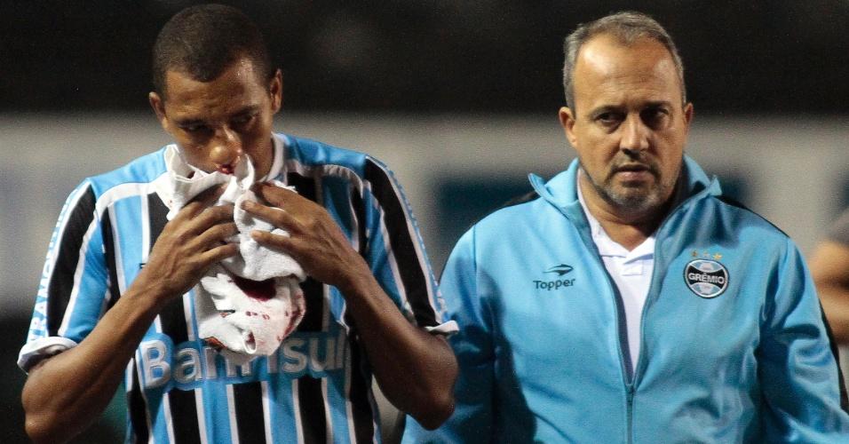 Gilberto Silva é acompanhado pelo médico Paulo Rabaldo após fratura (30/03/2012)