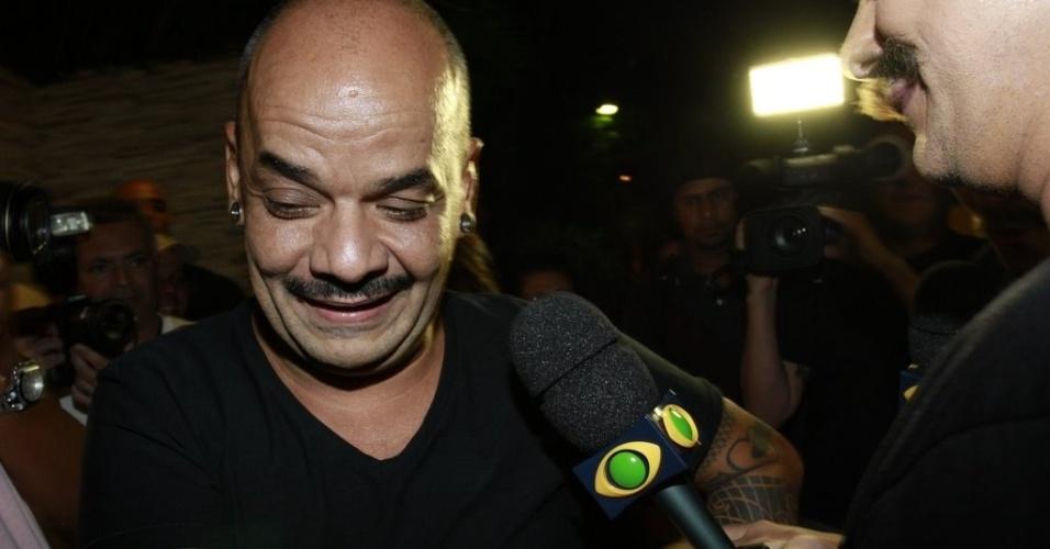 João Carvalho sorri durante entrevista (30/3/12)