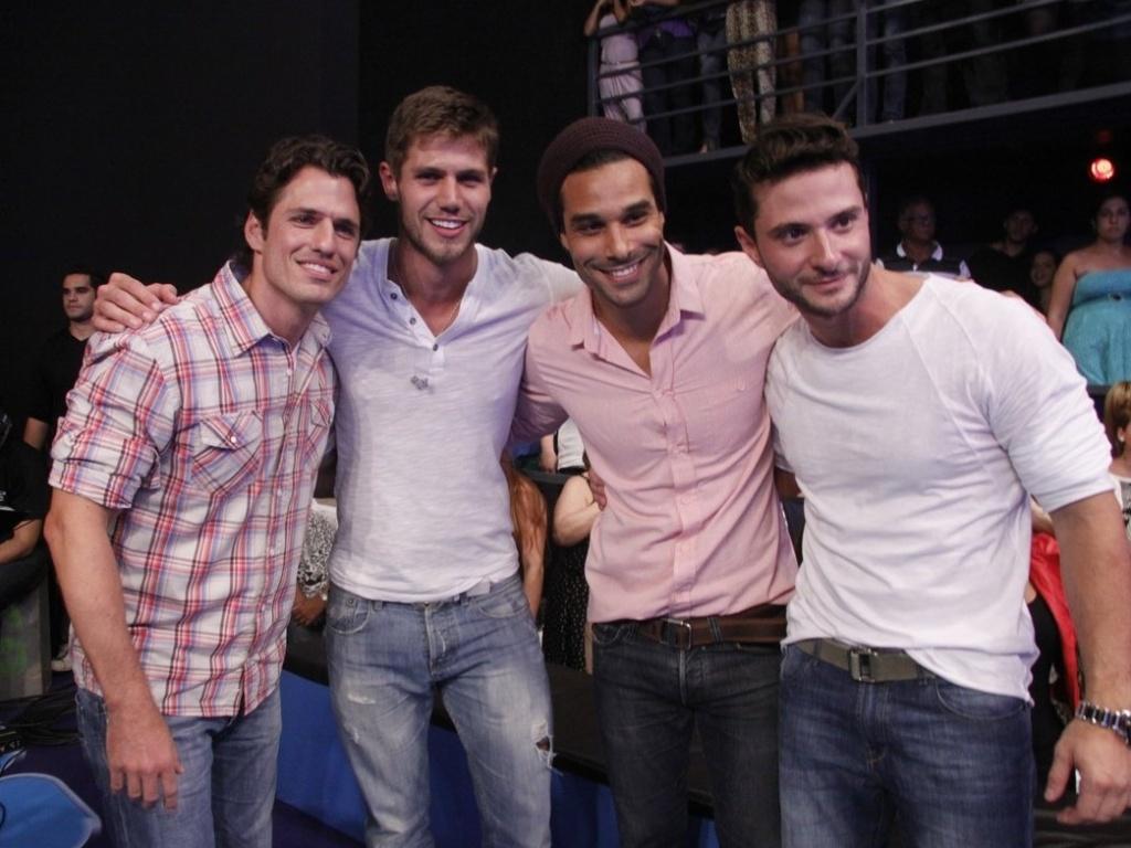 João Maurício, Jonas, Daniel e Ronaldo se abraçam na final do jogo (29/3/12)