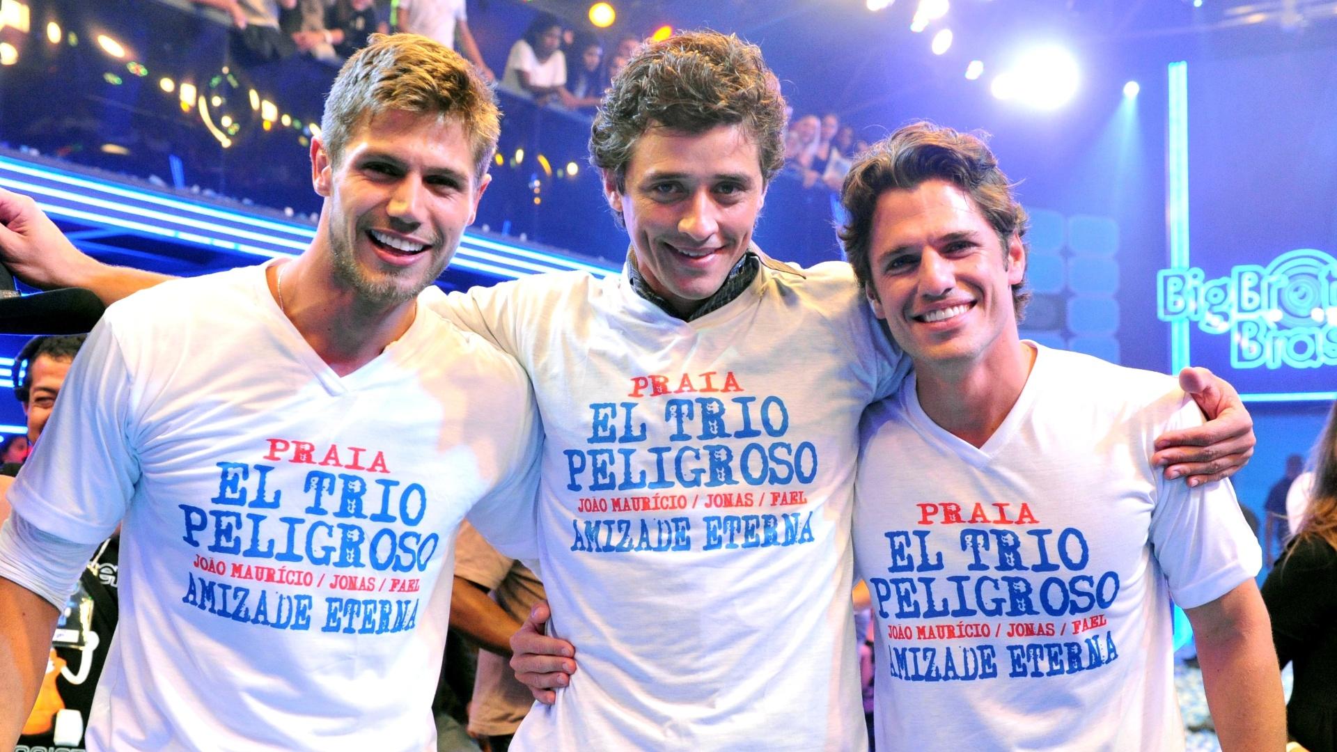 Jonas, Fael e João Maurício vestem a camisa do