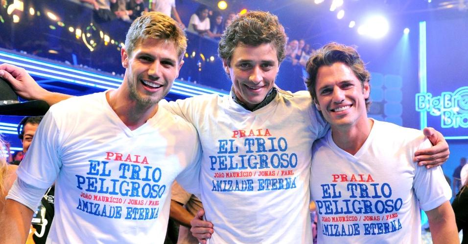 """Jonas, Fael e João Maurício vestem a camisa do """"Trio Perigoso"""" (30/3/12)"""