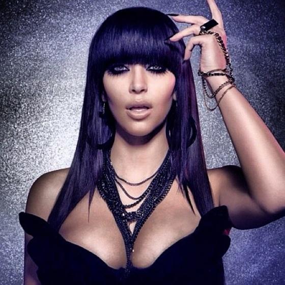 Kim Kardashian posa com lentes de contato no Twitter (28/3/12)