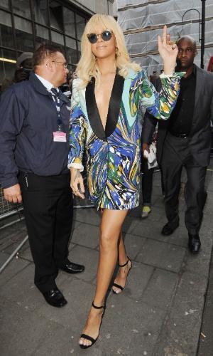 Loiríssima, com decote até o umbigo e pernas de fora, Rihanna deixa os estúdios da rádio BBC One, em Londres (30/3/12)