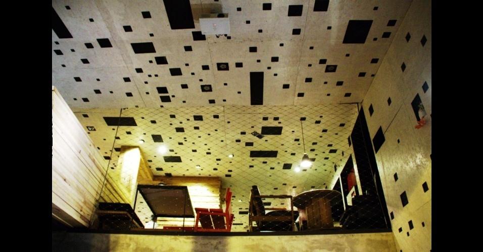 Mais do que um bar e restaurante em Madri, o La Gabinoteca é um espaço cenográfico da capital espanhola cuja decoração conta com objetos adquiridos em antiquários e tem as paredes revestidas com OSB, uma placa de madeira aglomerada pintada com tinta branca ecológica