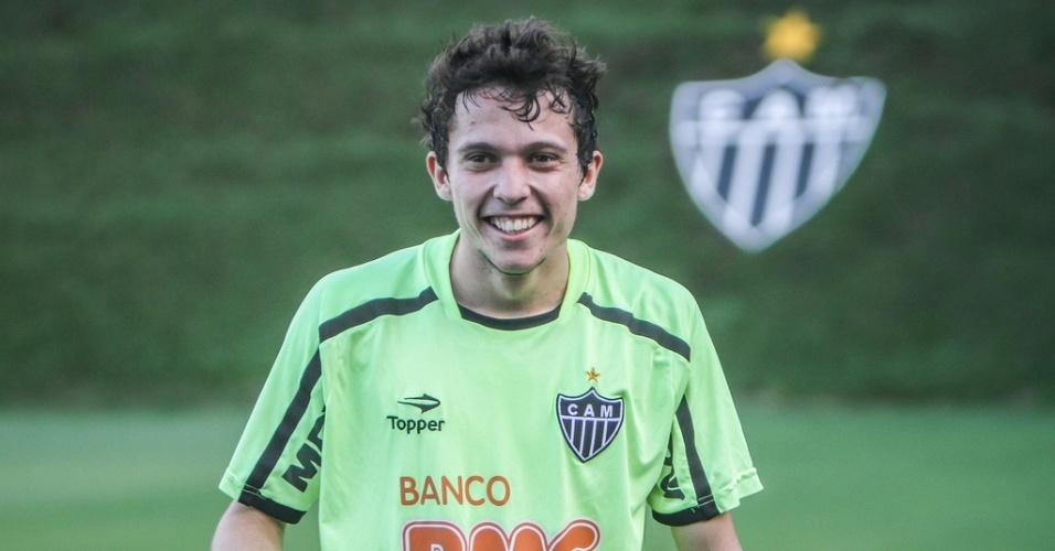 Meia-atacante Bernard treina para voltar ao time atleticano no clássico com o Cruzeiro