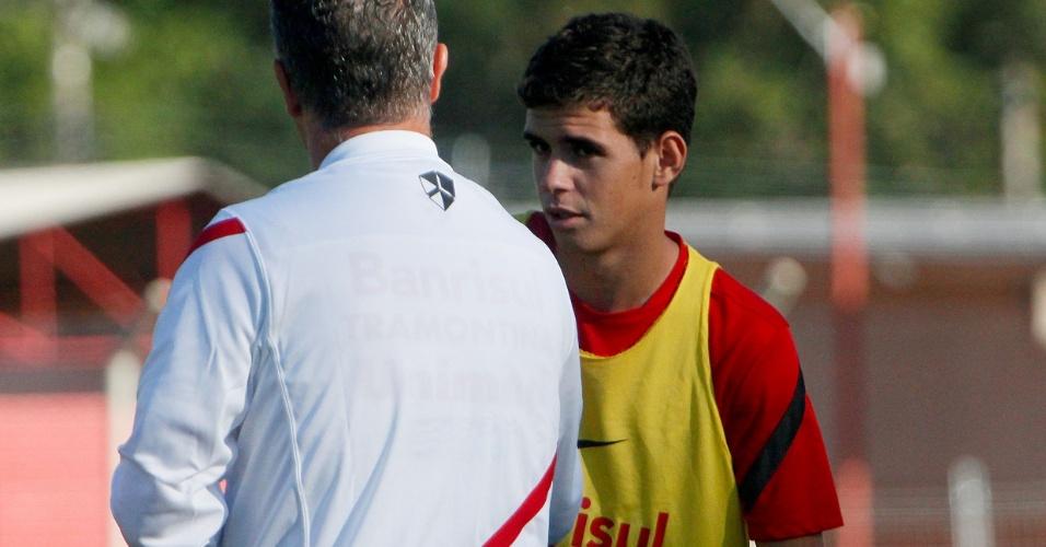 Meia Oscar conversa com o técnico Dorival Júnior durante treino do Inter (29/03/12)