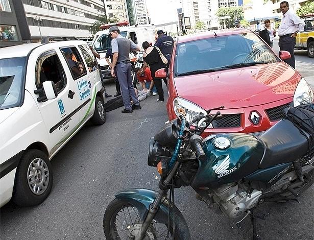 Esta cena você certamente já viu: motociclista é socorrido após ser atingido por outro veículo  - Rodrigo Paiva/UOL