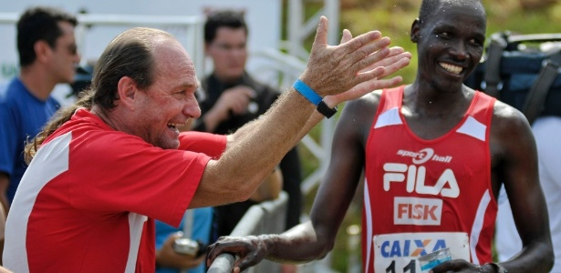 Moacir Marconi, o Coquinho, com um de seus atletas quenianos: trabalho desde 1996