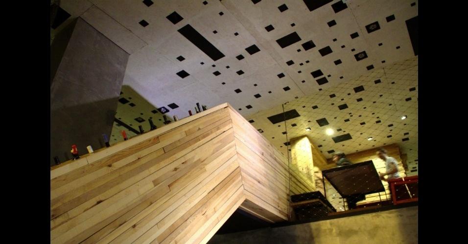 No detalhe, garrafas de vinho podem ser vistas nas paredes que separam os ambientes do local