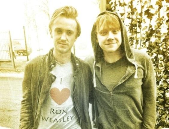 """O ator britânico Tom Felton, o """"Draco Malfoy"""" de """"Harry Potter"""", fez uma declaração de amor ao personagem vivido por Rupert Grint na saga. Ele divulgou uma foto em que aparece vestido com uma camiseta em que está escrito """"I love Ron Weasley"""" (Amo Ron Weasley, em tradução livre), junto de Rupert Grint (30/3/12)"""