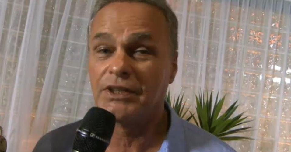 O ator Kadu Moliterno faz pergunta para Fabiana e kelly durante bate-papo (30/3/12)