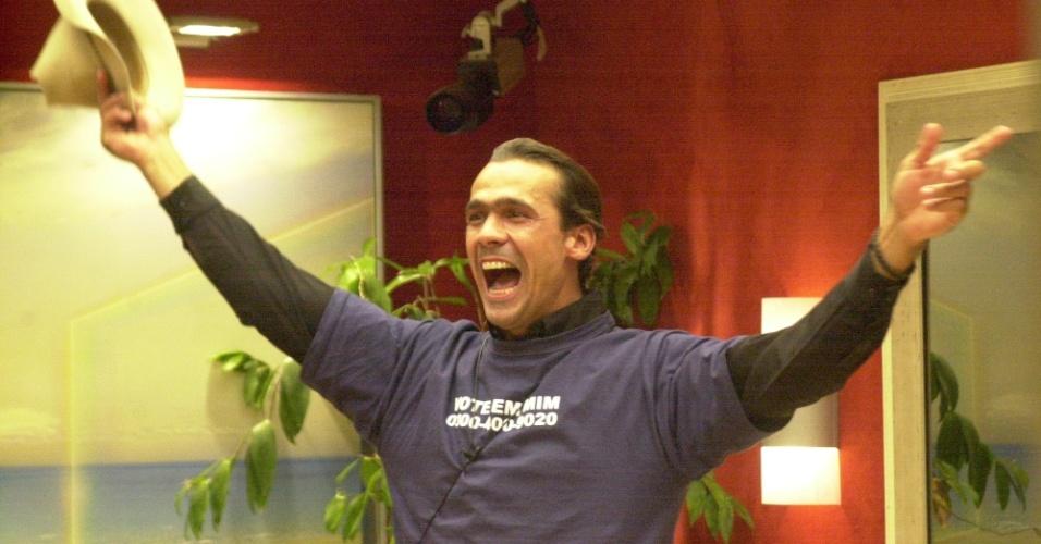 """O """"BBB2"""" foi a única edição exibida no mesmo ano que a anterior e estreiou em 2002. A vitória foi do domador de cavalos Rodrigo Leonel, que levou R$ 500 mil"""