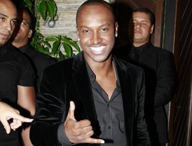 O cantor Thiaguinho acenou para os fotógrafos ao chegar na festa (30/3/12)