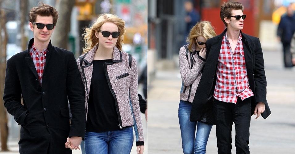 """O casal Emma Stone e Andrew Garfield anda de mãos dadas no bairro de Chelsea, em Nova York. Ao ver o fotógrafo, Emma tenta se esconder. Os dois fazem par romântico em """"O Espetacular Homem-Aranha"""", que estreia em junho (30/3/12)"""