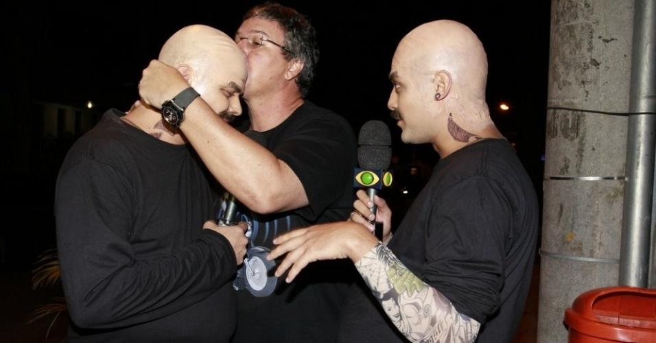 O direitor Boninho conversou e beijou a cabeça dos repórteres do Pânico na entrada da festa (30/3/12)