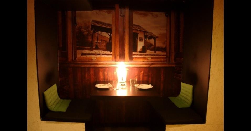 O projeto de design de interior do La Gabinoteca, assinado pela empresa Ping Pong Arquitectura, aproveita a geometria irregular dos espaços deste gastrobar de Madri para criar (e reaproveitar) ambientes temáticos como esta mesa que simula um vagão de trem