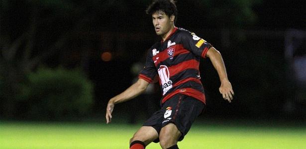 Pedro Ken, meio-campista do Vitória, faz o passe durante jogo contra o Fluminense de Feira, no Barradão (28/03/2012)