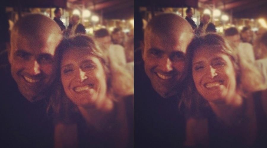 Reynaldo Gianecchini confraterniza com Nubia Maciel, vocalista do grupo Samba de Rainha, no Bar Brahma, em São Paulo (29/3/2012)