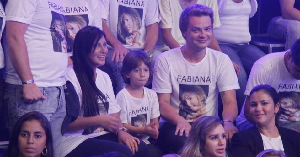 Roby, marido de Fabiana, espera com seu filho Igor na torcida pela garota-propaganda
