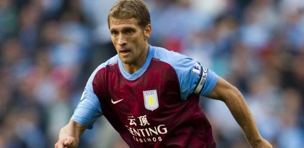 Petrov foi capitão do Aston Villa, clube pelo qual disputou 219 partidas - ADRIAN DENNIS/AFP