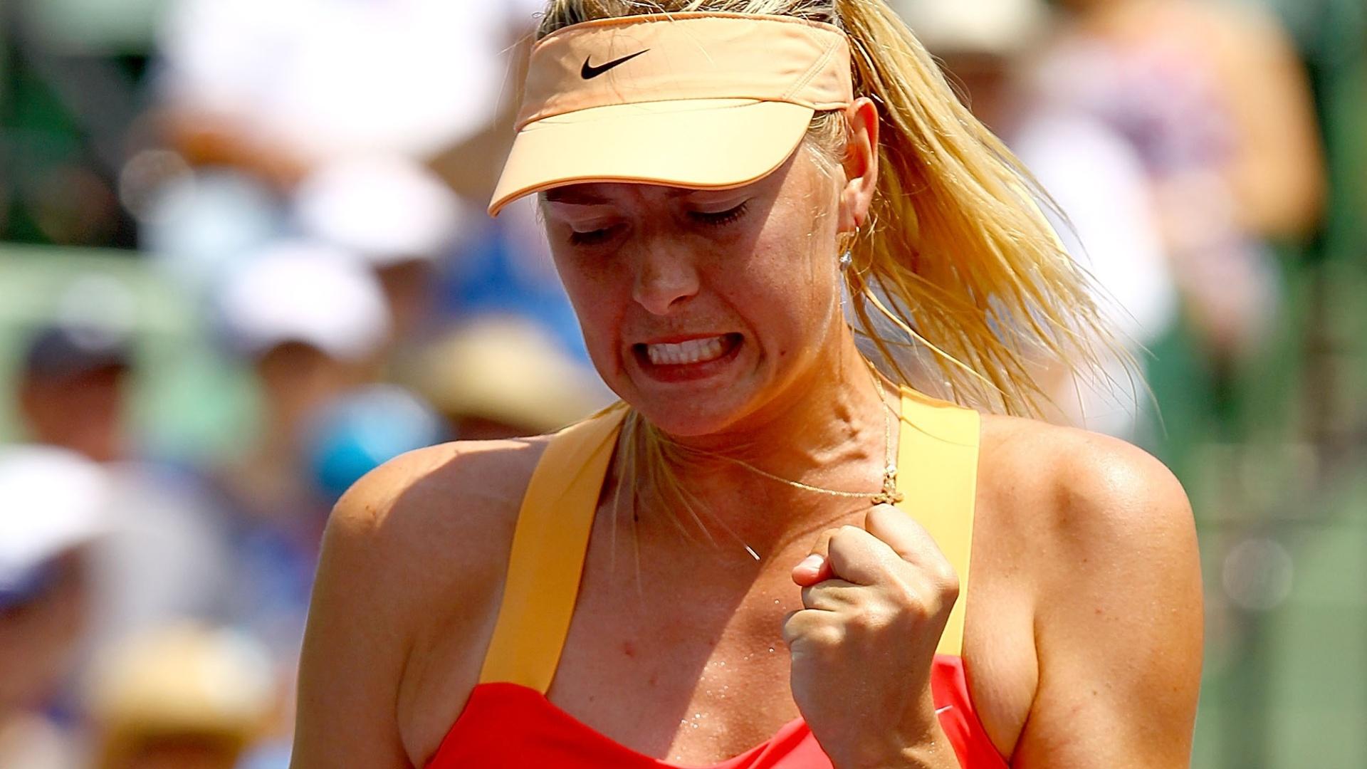 A russa Maria Sharapova comemora ponto diante da polonesa Agnieszka Radwanska no Torneio de Miami