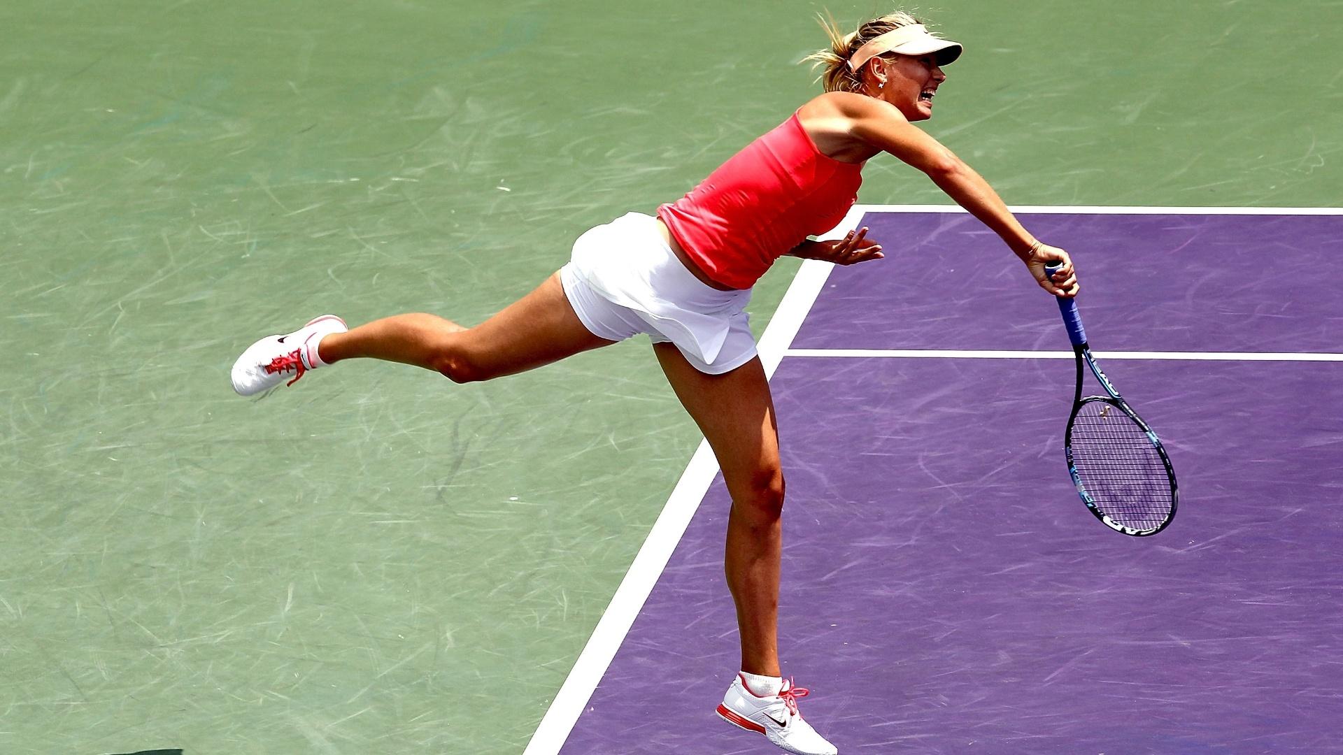 A russa Maria Sharapova saca durante final do Torneio de Miami diante da polonesa Agnieszka Radwanska