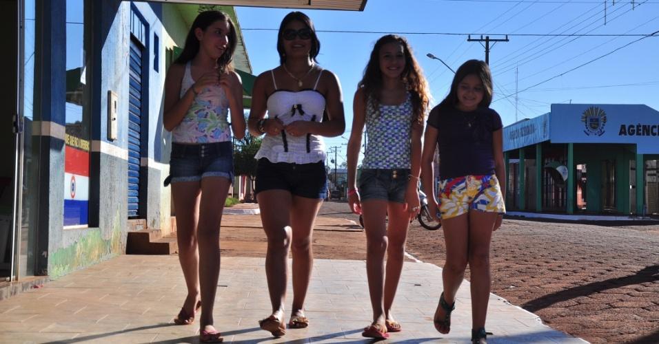 Adolescentes que moram Aral Moreira (MS), cidade natal de Fael, consideram o vencedor do BBB 12 um galã (30/3/12)