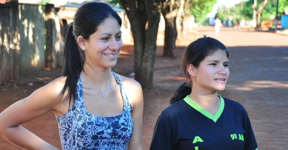 Adriele (à dir.), de 17, e Priscila, de 25, fãs de Fael em Aral Moreira (30/3/12)