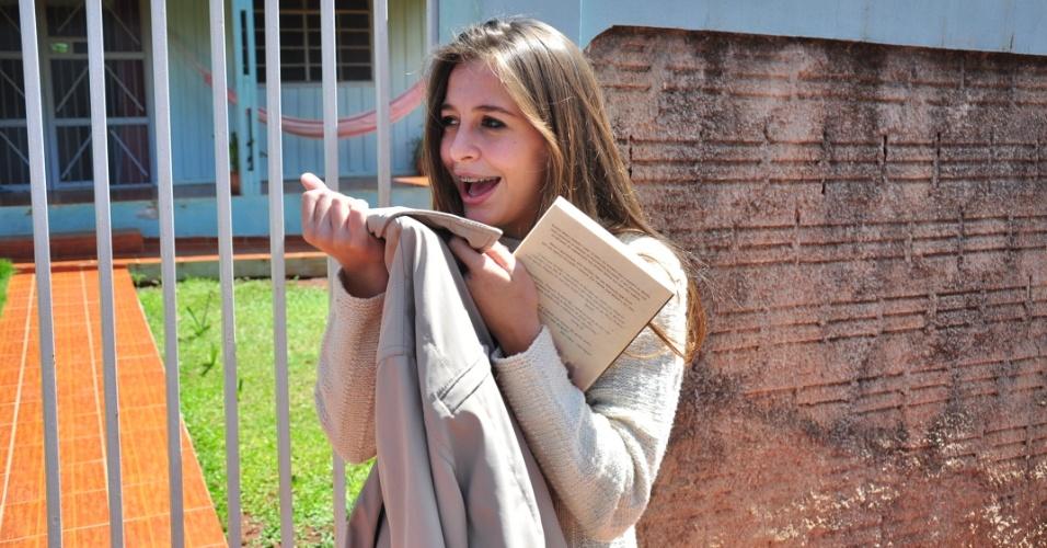 """Ana Carolina Finger, de 17 anos, foi a """"ficante"""" de Fael por cerca de oito meses, mostra livro e blusa que foram do vencedor do BBB12 (30/3/12)"""