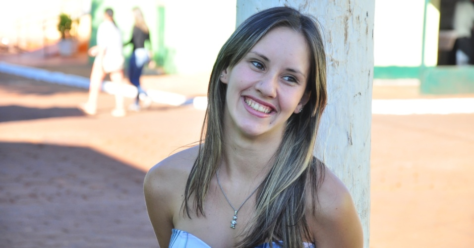 Em Aral Moreira, Fabiana de Souza, de 18 anos, conta que paquerou Fael antes da fama, mas que agora será mais difícil (30/3/12)