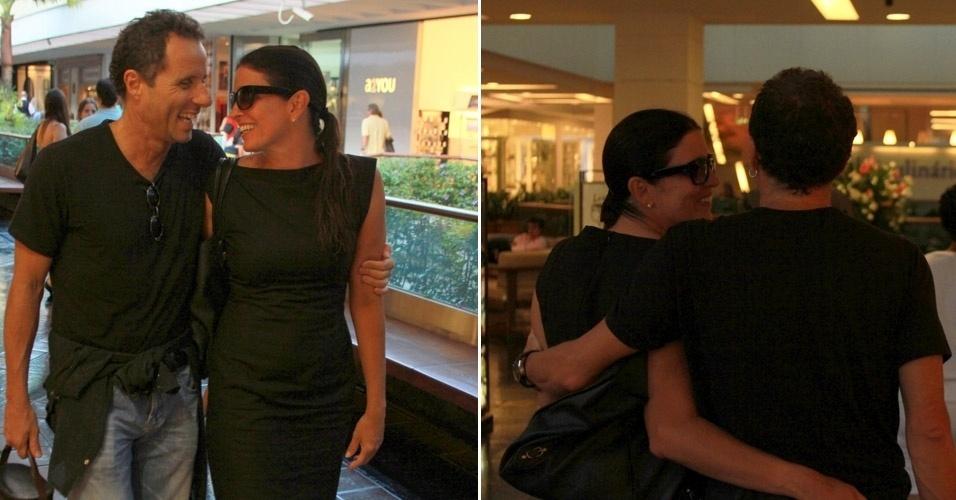 Em clima de eterno namoro, o casal Malu Mader e Tony Belotto passeiam em shopping em São Conrado, no Rio de Janeiro (31/3/12)