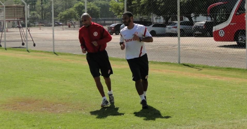 Guiñazu corre ao lado do fisioterapeuta Mauren Mansur do Internacional (31/03/2012)
