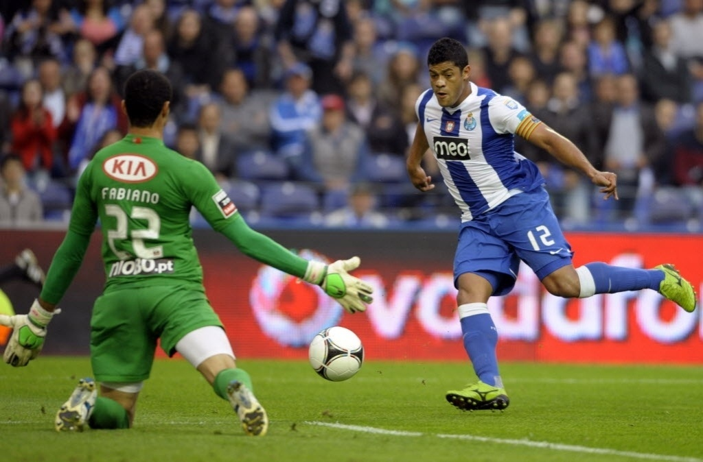 31.mar.2012 - Hulk, atacante do Porto, chuta para a defesa do goleiro Fabiano, do Olhanense, durante jogo do Campeonato Português