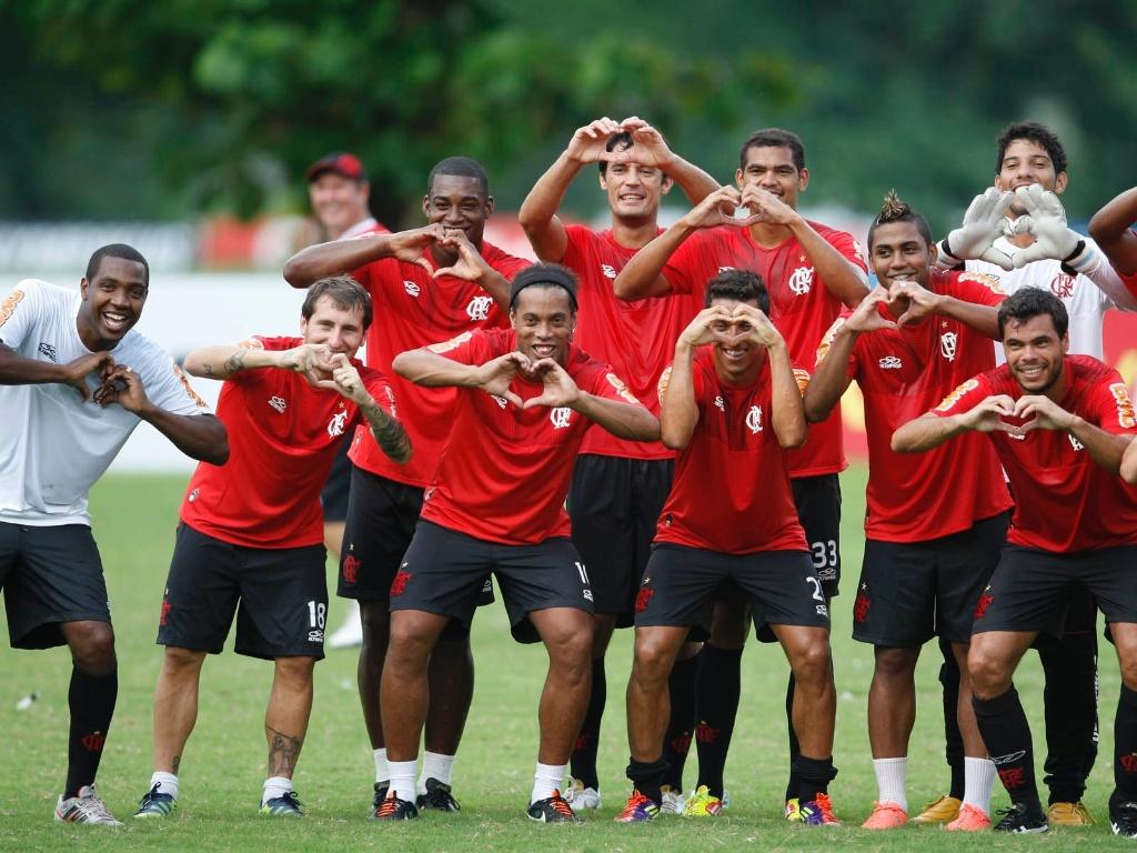 Jogadores do Fla fazem símbolo do coração com a mão em homenagem a Renato Abreu