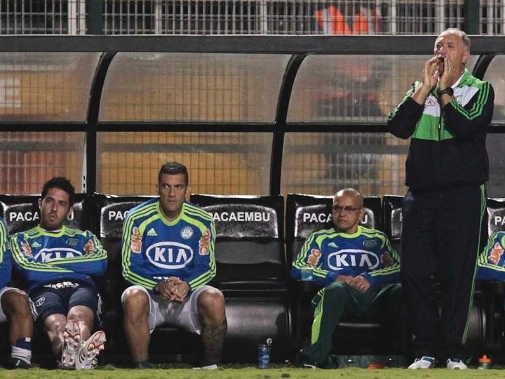 Treinador Felipe Scolari orienta jogadores do Palmeiras contra o Mirassol