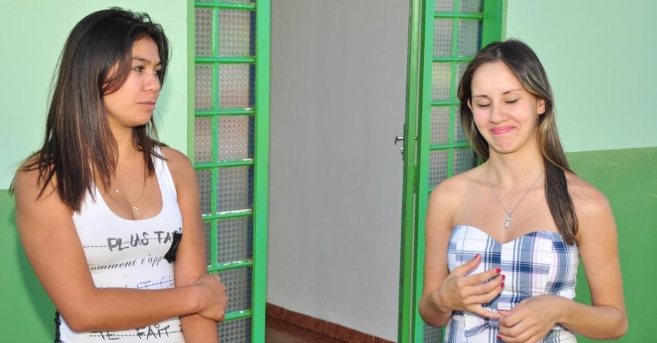 Vera Lúcia (à esq.) e Fabiana, adolescentes que paqueram Fael em Aral Moreira (30/3/12)