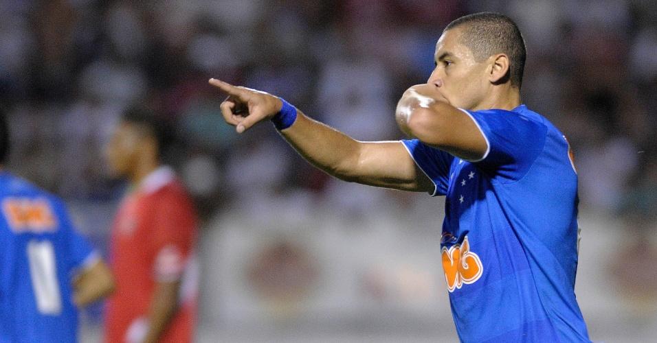 Wellington Paulista, do Cruzeiro, comemora após marcar gol durante partida contra o Boa