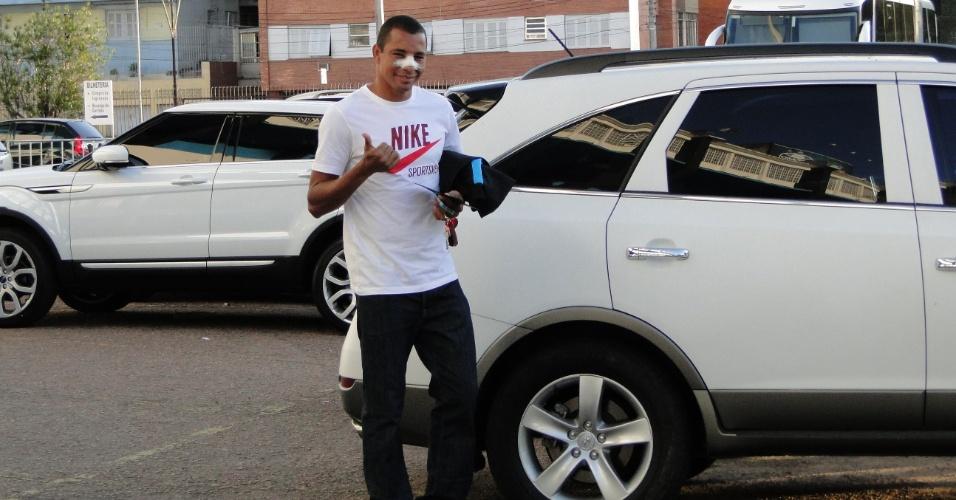 Zagueiro Gilberto Silva esteve no estádio Olímpico depois da cirurgia no nariz na última sexta-feira (31/03/2012)