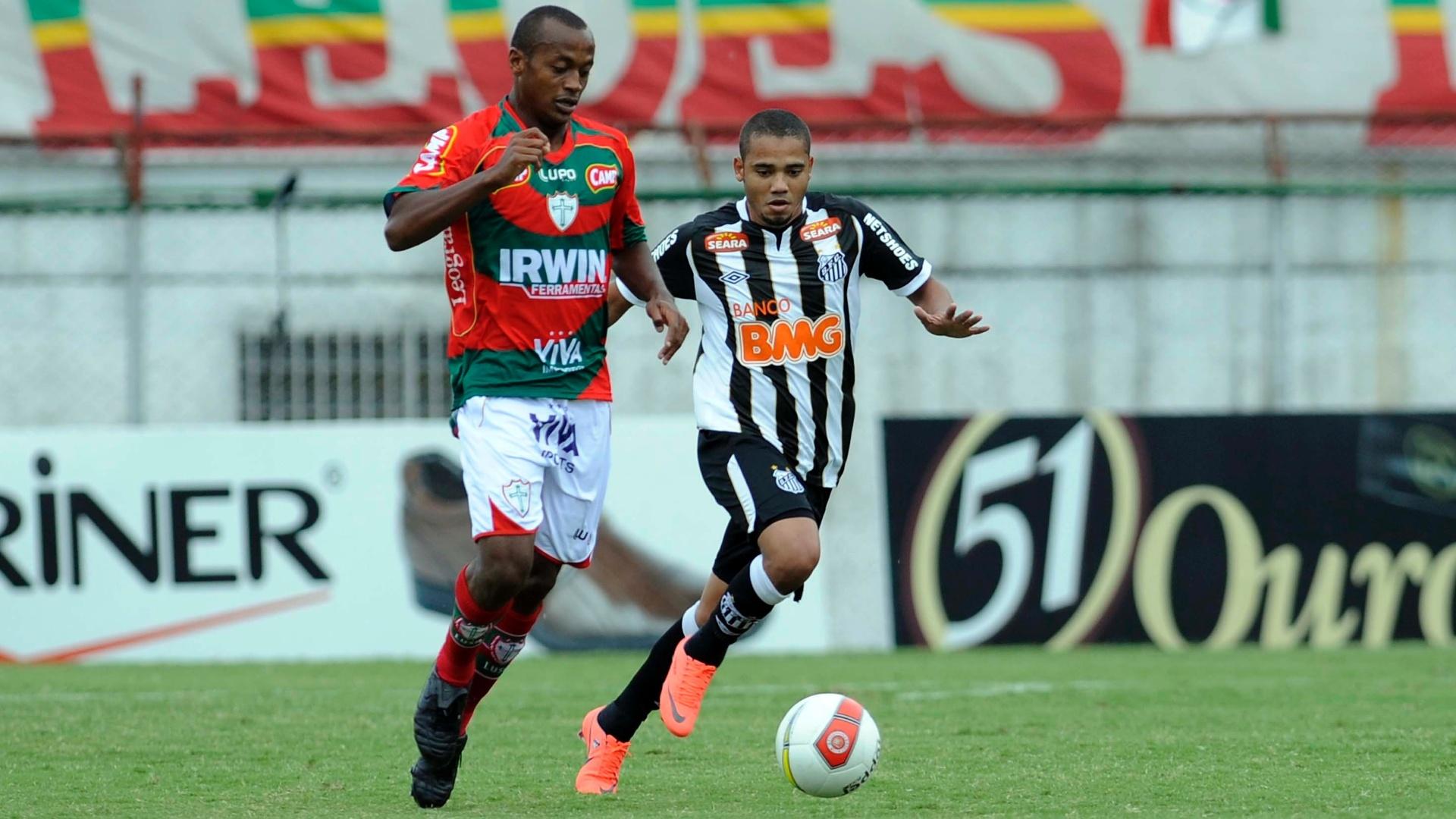 Adriano, do Santos, disputa bola com Léo Silva, da Portuguesa, pela 17ª rodada do Paulista