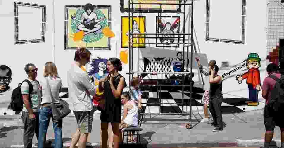 Artistas  e curiosos observam grafites no bairro do Bixiga, na capital paulista. Um  andaime foi colocado à disposição dos artistas na rua Santo Antônio em comemoração ao Dia Internacional do Grafite (1/4/12)  - Guilherme Zauith/UOL