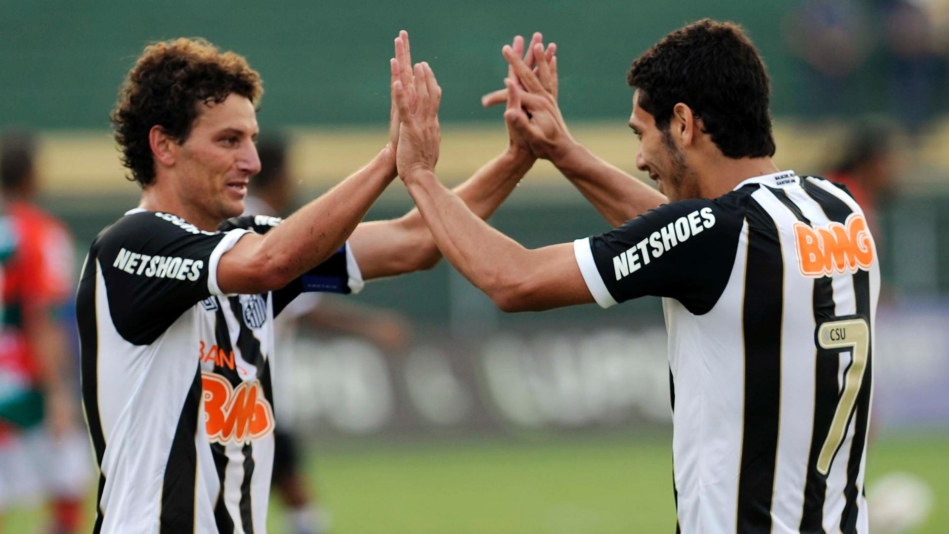 Elano celebra com Dimba o segundo gol do Santos contra a Portuguesa neste domingo no Canindé