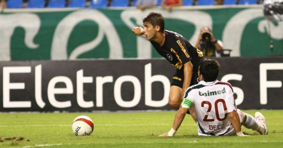 Fellype Gabriel em disputa de bola com Deco
