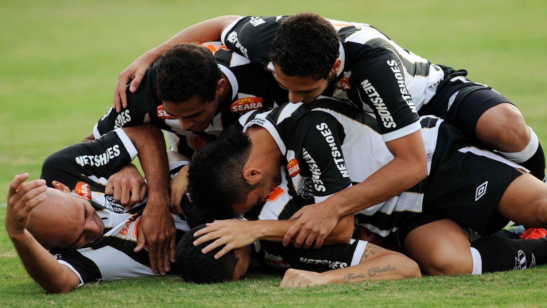 Jogadores do Santos comemora o primeiro gol do time na partida contra a Lusa, marcado por Rafael Caldeira