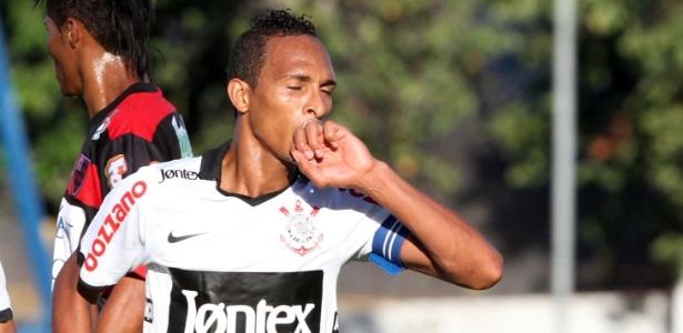 Liedson comemora um de seus gols na vitória do Corinthians por 3 a 0 sobre o Oeste